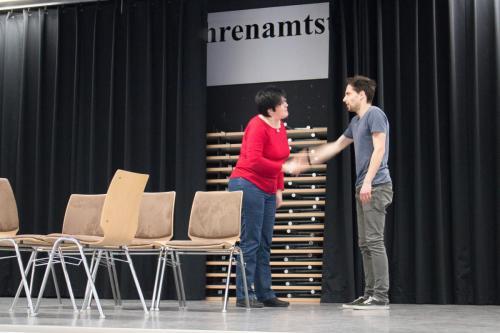 Jolanda Bach (Sonja Mees) stellt sich Tim (Florian Meud) vor